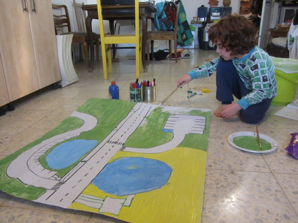 Cardboard city - Super easy way to upcycle cardboard with your kid, and create great playmat for endless adventures and whole world on your own floםר